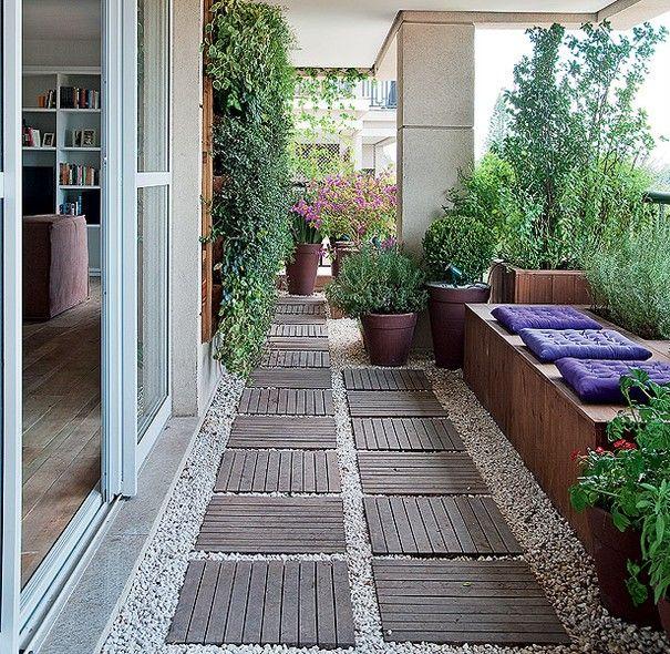 A varanda com jeito de jardim é exatamente o que a moradora deste apartamento queria: uma aconchegante extensão da sala, com plantas e temperos frescos. No ambiente de 30 m², o paisagista Roberto Riscalla fez um projeto com caixas de pínus