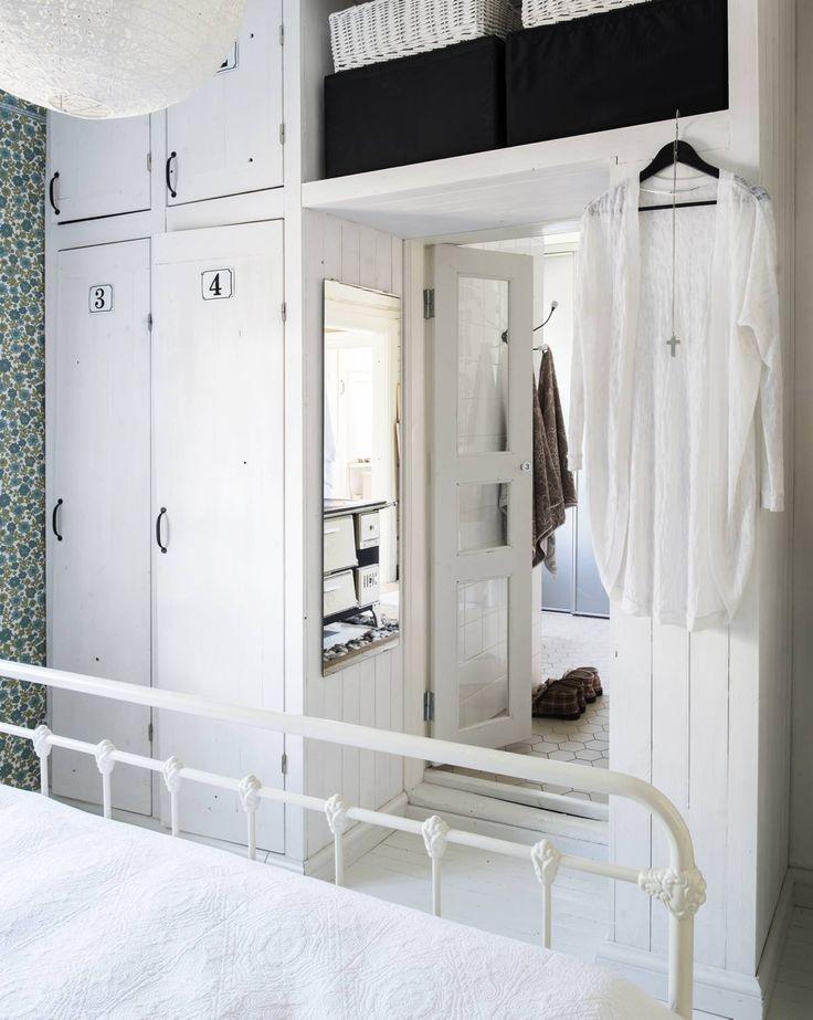 Minnan aikanaan talteen laittamat numerolaatat löysivät vihdoin paikkansa Reijon rakentamista makuuhuoneen vaatekaapeista. Vanhat ovet vievät kylpyhuoneeseen.