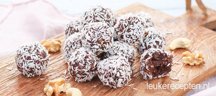 Van deze gezonde balletjes van dadels, noten en een laagje kokos kun je met een gerust hart snoepen.
