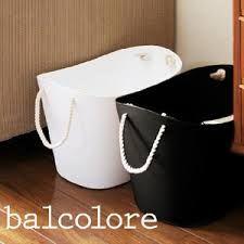 Vasketøjskurv fra Hachiman - Lækker japansk plastkurv fra Hachiman.  Lavet i blød plast og håndtag i reb.  Brug den til opbevaring af fx madvarer, legetøj, vasketøj, magasiner eller tæpper.  Findes i 2 størrelser : M og L  Findes i 4 farver : Hvid, sort, lyseblå og lyserød.