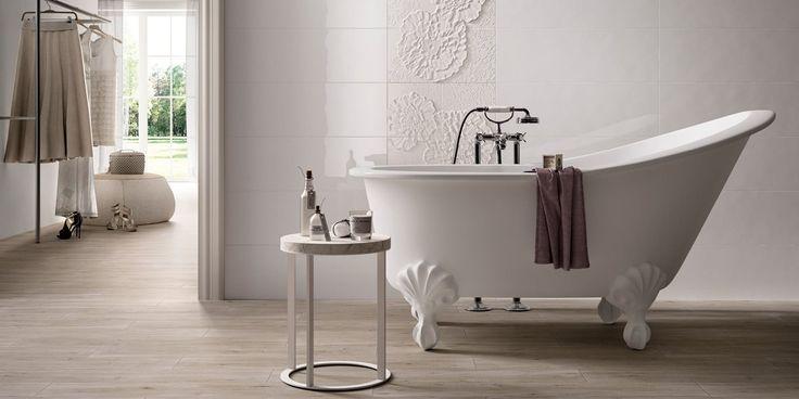Herkkä ja naisellinen koristeraita herättää seinälaatoituksen eloon. Tassuamme viimeistelee kylpyhuoneen romanttisen ilmeen. Seinälaatat: LPC Nuance, väri W, sekä saman sarjan Dafne W4-kukkalaatat │ Laattapiste