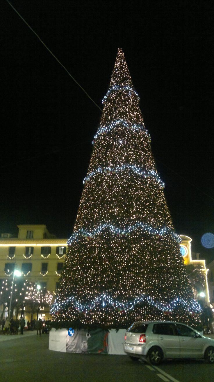 Il maxi albero di Natale in Piazza Tasso come si presentava il 26 novembre 2013 in vista del Natale a Sorrento e del Capodanno a Sorrento. Su www.ilmegliodisorrento.com tante notizie sul natale in costiera sorrentina