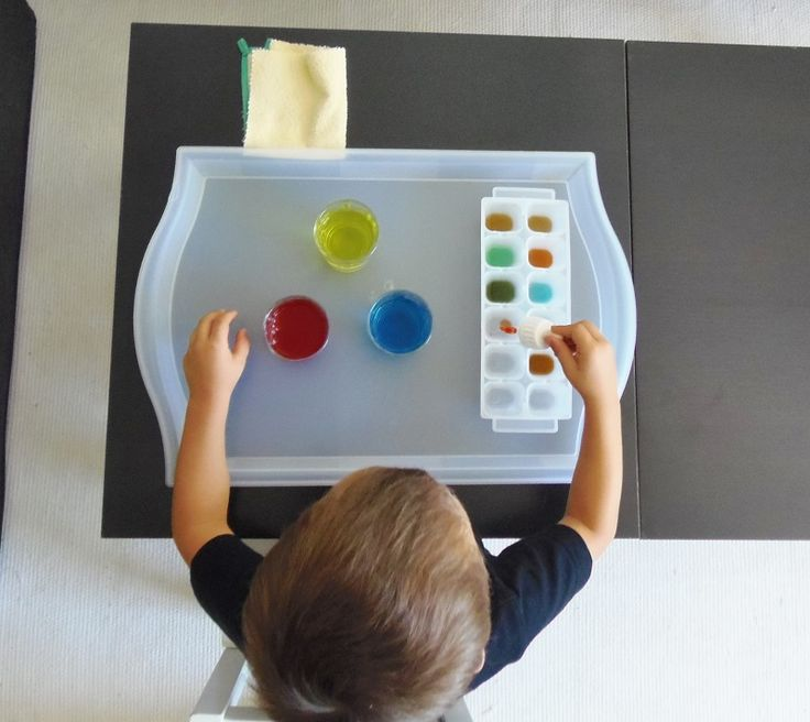 Montessori en Casa: Mezclar colores con cuentagotas - Color mixing with eyedropper