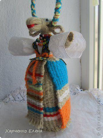 """Добрый день, дорогие мастерицы! На этот раз я попробовала сделать юбку, фартук и вторую юбку (запаску) для обереговой  куклы """"Коза-кормилица"""" способом плетения. Нитки основы - джутовый шпагат, из которого сделана голова и руки. Оставшийся пучок шпагата я разделила на три неравные части. Из наименьшего количества джута сплетен фартук. фото 1"""