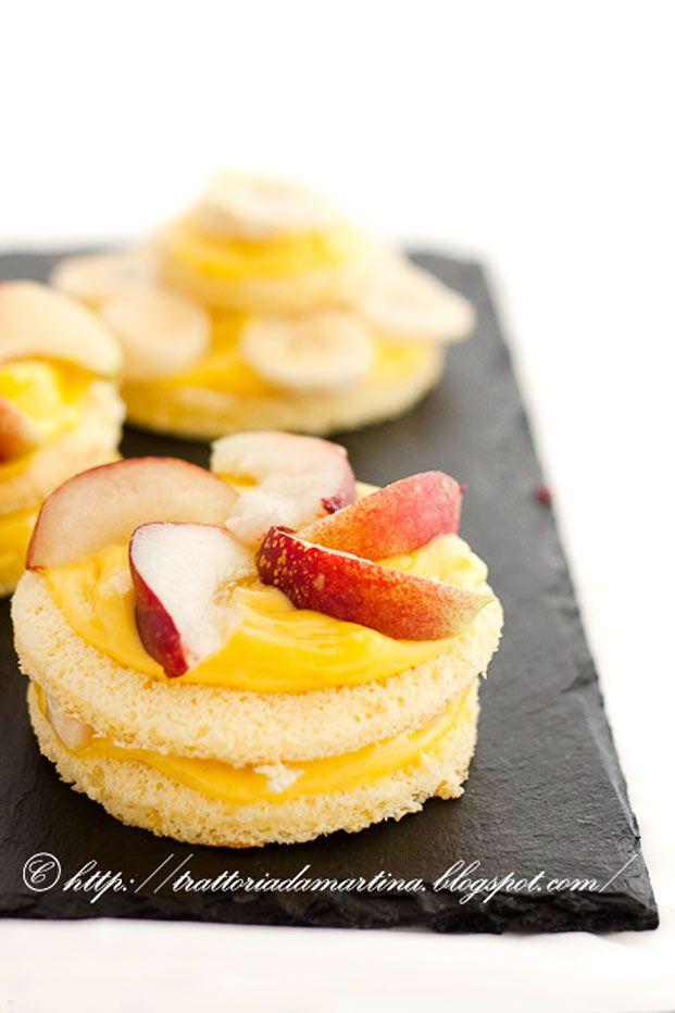 Tortine di pasta biscotto alla crema con frutta