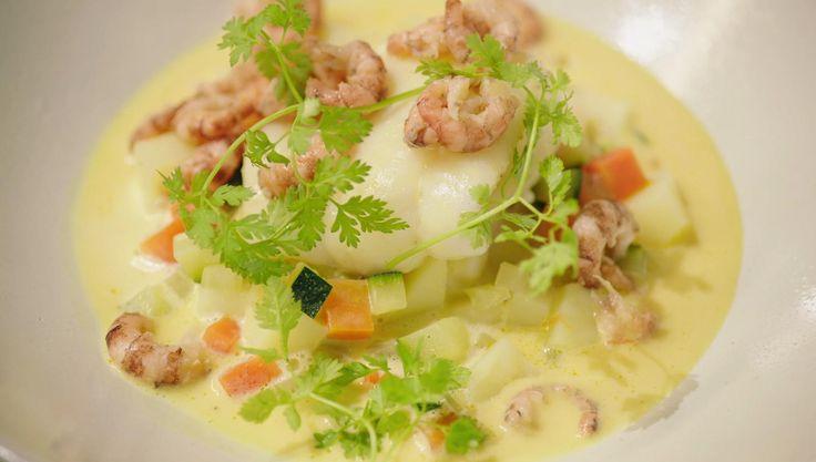Pladijs is een goedkope maar lekkere vis. Jeroenmaakt er een viszooi van met een wijnsaus op basis van vermout en fijne groenten.
