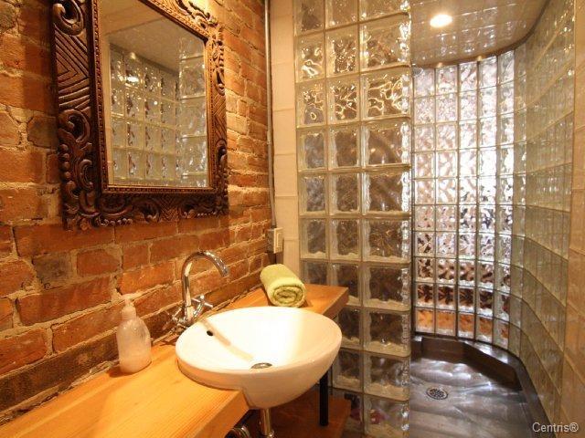 Cool shower/bathroom. I love the idea of glass blocks.