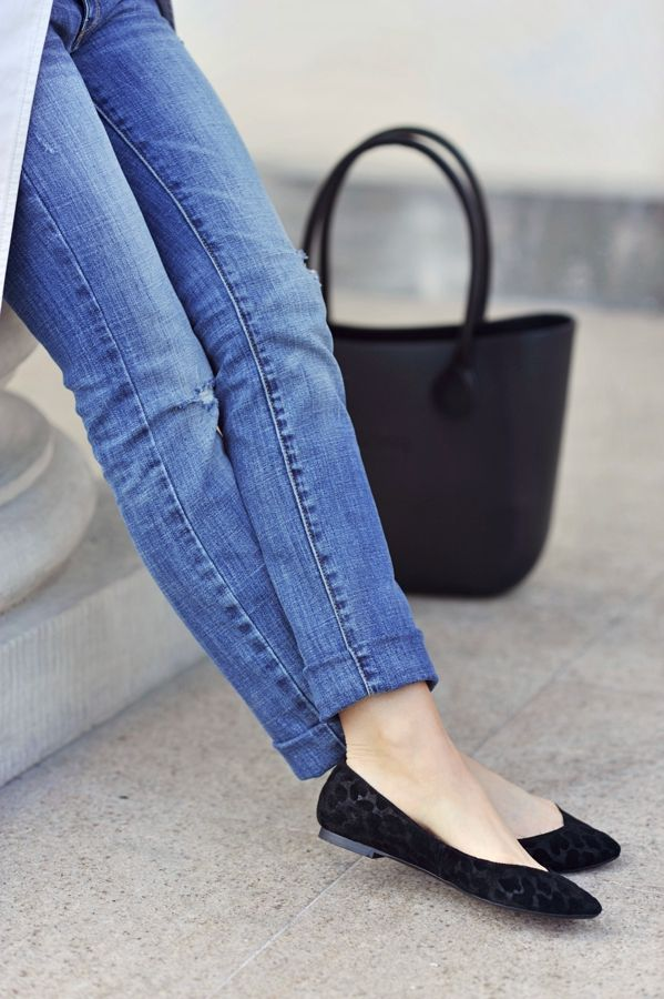 Classic casual denim look with straight leg #jeans and black flats! #www.nycfitnessfamilyfinds.net