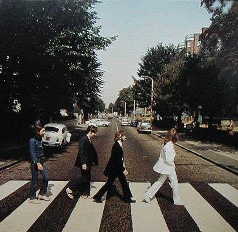 В то утро у Макмиллана было всего десять минут, чтобы сделать снимки: участок улицы был перекрыт полицией, а Эбби-роуд тогда считалась одной самых оживленных улиц в Лондоне. Снимал Макмиллан на камеру Hasselblad с 50мм широкоугольным объективом, с диафрагмой f22 и выдержкой в 1/500 секунды.  Всего было сделано шесть снимков. Для обложки альбома использовали пятый из шести: только на ней все четверо «битлов» шли синхронно.