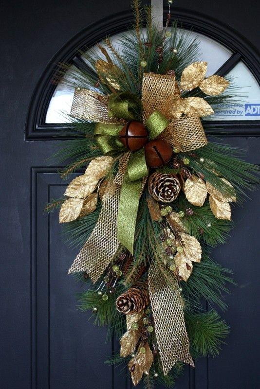 Cette belle tear drop swag est un plus accueillant pour nimporte quel décor de Noël. Un merveilleux mélange de tradition et déléments naturels, ce butin regorge de baies, pommes de pin et même deux cloches rustiques. Mesure longue de 31 et 18 à lendroit le plus large, cette magnifique butin peut être affiché sur la porte dentrée, sur un miroir, ou nimporte où vous avez besoin dun soupçon de Noël. Jaime cette couleur vert et or ! Merci pour la recherche