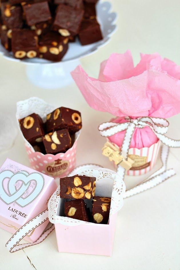 I fudge alla nocciolasono dei cioccolattini tipici americani che ricordano tanto il sapore dei cremini. Sono facilissimi da fare, serve solo un pentolino, del buon cioccolato fondente, il latte condensato, una noce di burro e la frutta secca che preferite.  Si prestano benissimo per essere re