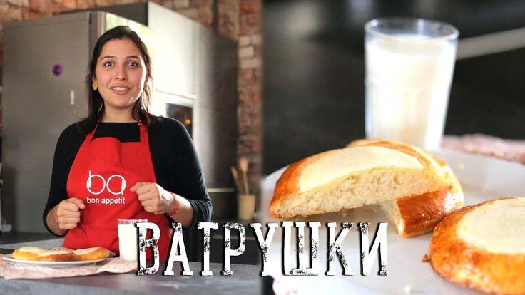 """Домашние ватрушки [Рецепты Bon Appetit]  Булочки """"Сметанники"""" - одно из любимых лакомств школьных и студенческих времен. Кажется, что может быть проще и вкуснее дрожжевого теста и начинки из сметаны и сахара? Обязательно приготовьте дома и порадуйте близких!  #buns #sourcream #tasty #yammy"""