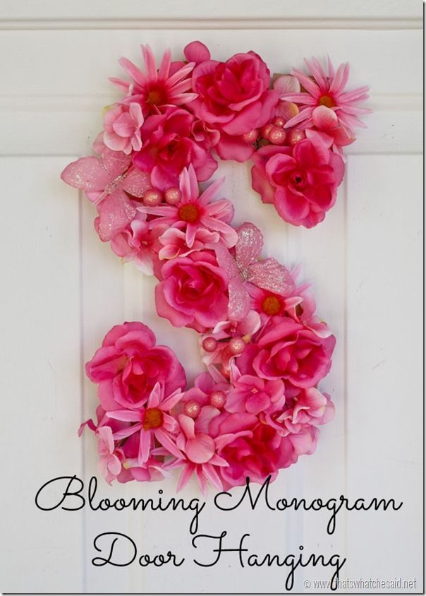 Simple Flower Monogram at http://thatswhatchesaid.net #springdecor #crafting #flowers