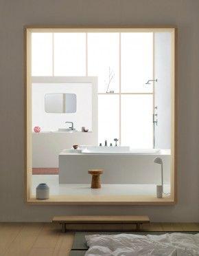 Stijlvolle badkamer als schilderij in slaapkamer. Een badkamer in je slaapkamer is heel populair. Hiervoor zijn verschillende oplossingen. Deze badkamer is eigenlijk geplaatst in de aangrenzende ruimte. Door de muur uit te breken vormt het toch een eenheid met de slaapkamer. Bijzonder is dat de doorgang zo is gemaakt dat, mede door het hoogte verschil, de badkamer als een schilderij in de kamer hangt.