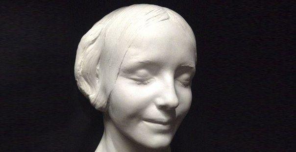 Слепок лица покойного точнее фотографии передает облик человека для потомков. Но посмертные маски — не просто изображения на память. В них навсегда запечатлелись последние чувства людей, а также обстоятельства смерти, зачастую трагические и таинственные.