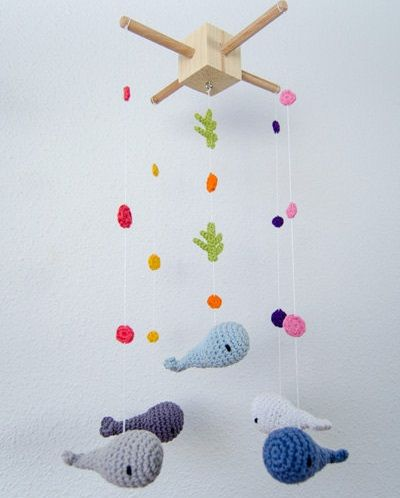 Fuente: https://www.etsy.com/listing/115301806/whales-crochet-mobile-baby-mobile?ref=shop_home_active
