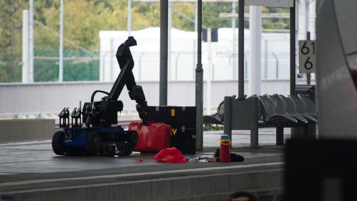Chemnitz - Ein ferngesteuerter Roboter zur Bombenentschärfung untersucht die Gepäckstücke