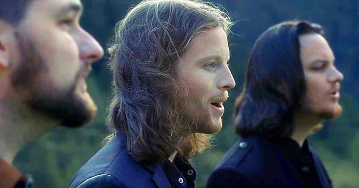 5 mannen staan a capella in het midden van een bergdal te zingen – luister goed als ze beginnen te zingen