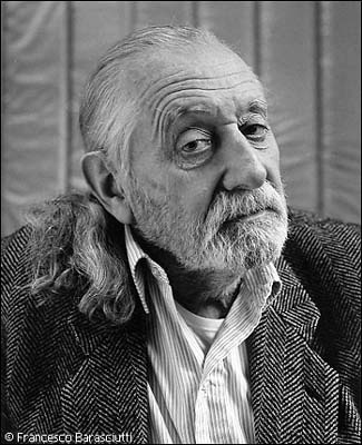 Ettore Sottsass - Ettore #Sottsass wurde 1917 in Innsbruck geboren. Auf internationaler Ebene als einer der Initiatoren der Erneuerung von #Design und #Architektur bekannt. Dank ihm konnte der steife Funktionalismus der Vor- und Nachkriegsjahre des zweiten Weltkriegs überwunden werden.