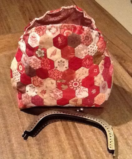 Thimble Stitch: Hexie purse - how to attach the frame - really good tutorial <3