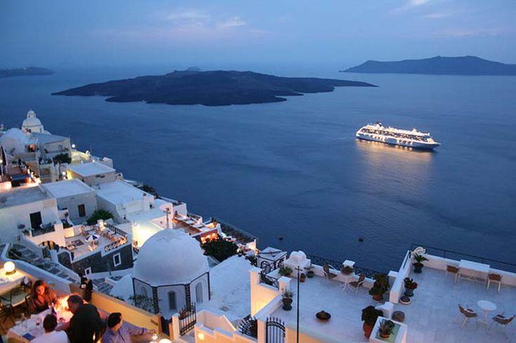 Telegraph: Το κεντρικό λιμάνι της Σαντορίνης είναι μέσα στα 19 ομορφότερα του κόσμου
