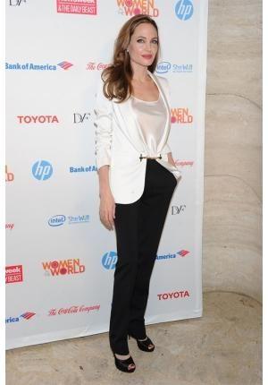 Depois de Demi Moore foi a vez de Angelina Jolie virar assunto por conta da magreza excessiva. A alimentação da atriz anda tão inadequada que ela tem apresentado problemas de saúde.