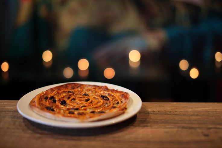 ALADDIN (MOROCCAN PIZZA)    Pizza Menu ($4 from 11am - 3pm & 7pm -10pm)    A thin crust pizza with tomato sauce, mozzarella cheese, chilli dusted chicken, kalmata olives and topped with a chilli emulsion dressing