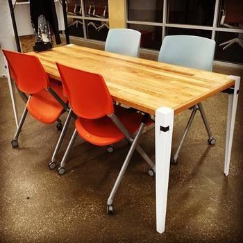 フロイドレッグならお洒落な椅子も素敵なインテリアになります。赤の椅子も白の椅子もエッジを効かせていますね。フロイドレッグなら素敵な空間に早変わり。