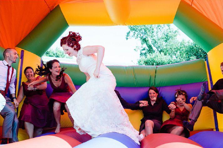 Ideeën die je gezien moet hebben voordat je gaat trouwen: ga los op een springkussen! - Arnhems Meisje