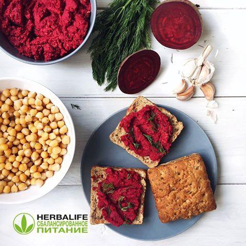 Рецепт домашнего необычного и полезного хумуса, богатого витаминами C и медью и фосфором, а также фолиевой кислотой, которая способствует созданию новых клеток и как следствие - имеет #омолаживающие_свойства. Энергетическая ценность блюда: 352 ккал | #белки 12,2 гр | #жиры 15,5 гр | #углеводы 41,1 гр. #Состав: #Нут 1/2 стакана, #Свекла, #Кунжут ст.л., #Оливковое_масло ст.л., #Лимонный_сок, #Чеснок 1 зубчик, #Соль, #перец.  1️⃣ Замочите нут на 4-5 часов, промойте и варите 40-50 минут до…