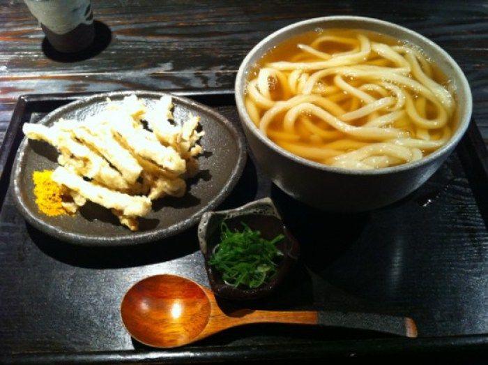 山元麺蔵 (やまもとめんぞう)、京都、嵐山 カレー粉つけて食べるごぼう天と素うどん。