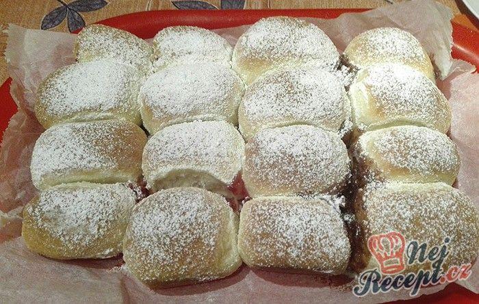 Buchty jsou tradiční pochoutkou našich babiček. Nádivka ořechová, maková nebo jen džem nebo čokoláda, no prostě neodolatelné! Posypané moučkovým cukrem. Mňamka! Autor: Triniti
