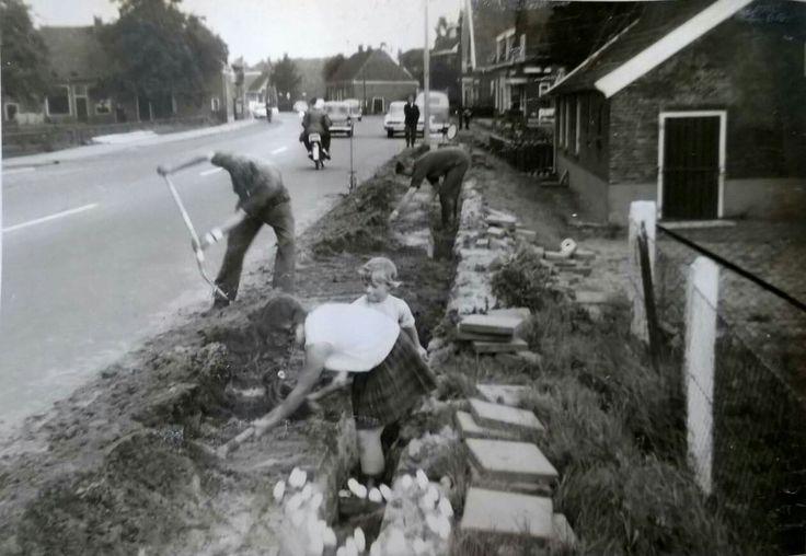 We hebben inmiddels gezien dat de Nijverdalsestraat  haar eigen waterwinning heeft. Gaswinning echter niet. Gelukkig maar. Dat laten we over aan Groningen en Drenthe.  Uiteraard is er wel gas in de woningen beschikbaar. Op bijgaande foto van eind jaren 50 worden de woningen voorzien van gasaansluitingen. Op deze foto is linksboven de woning van de familie Mengerink op nummer 56 te zien en rechts de boerderij nummer 77.