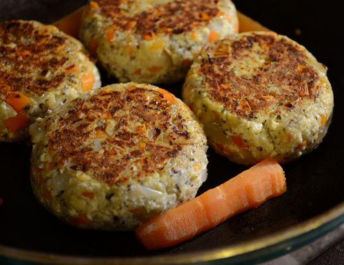 「ビーガン豆腐ハンバーグ 木綿豆腐:200g 玉ねぎ:半分 にんじん:1本 薄力粉:大さじ2 パン粉:1/2カップ ドライバジル:小さじ1 ドライタイム:小さじ1 ナツメグ:少々 塩こしょう:少々