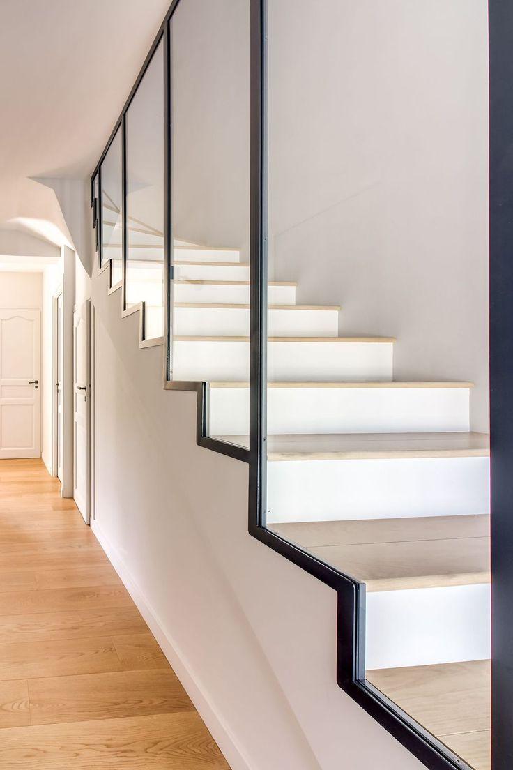 Le garde-corps de l'escalier principal a été souligné par une verrière d'atelier