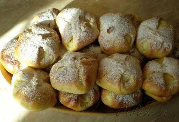 POTŘEBNÉ PŘÍSADY:  Těsto: 500gr. hladké mouky  špetka soli půl hrnku cukru vanilkový cukr  200ml vlažného mléka  2vejce  3cm plátek hery - rozpustit  půl kostky droždí   Náplň: vaničkový tvaroh  cukr dle chuti  citr.