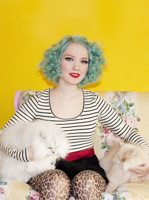 Doe Deere is my new fashion icon. Blue hair, perfect cat eyeliner and awesome sense of style. Swoon.