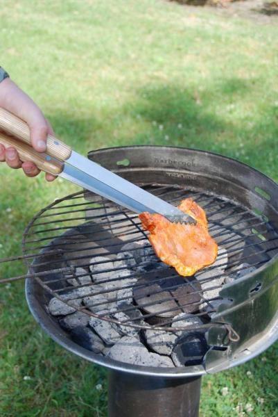 Kerti sütögetéshez, grillezéshez alkalmas szerszámok zöld táskában.