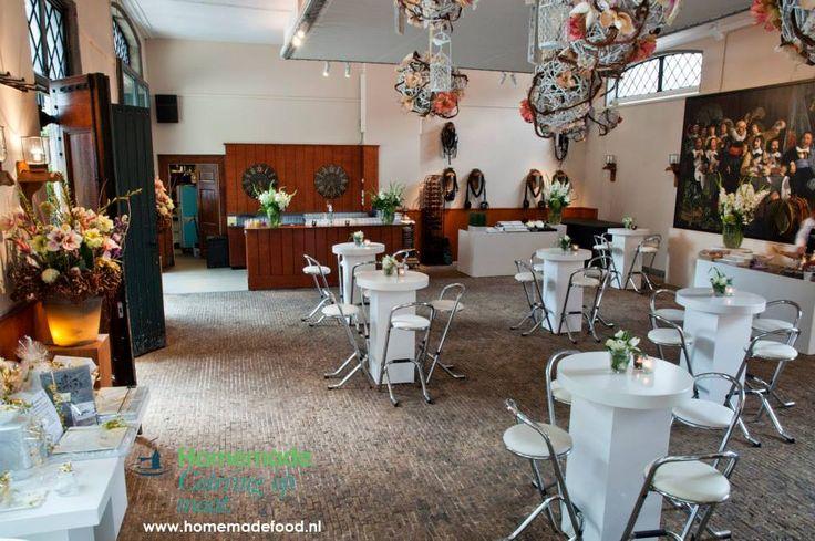 Receptie opstelling in de Grote Salon van het Koetshuis van Kasteel Keukenhof. Frisse inrichting en een grote cadeautafel voor het bruidspaar centraal in de ruimte. Homemade Catering op Maat denkt graag met u mee.