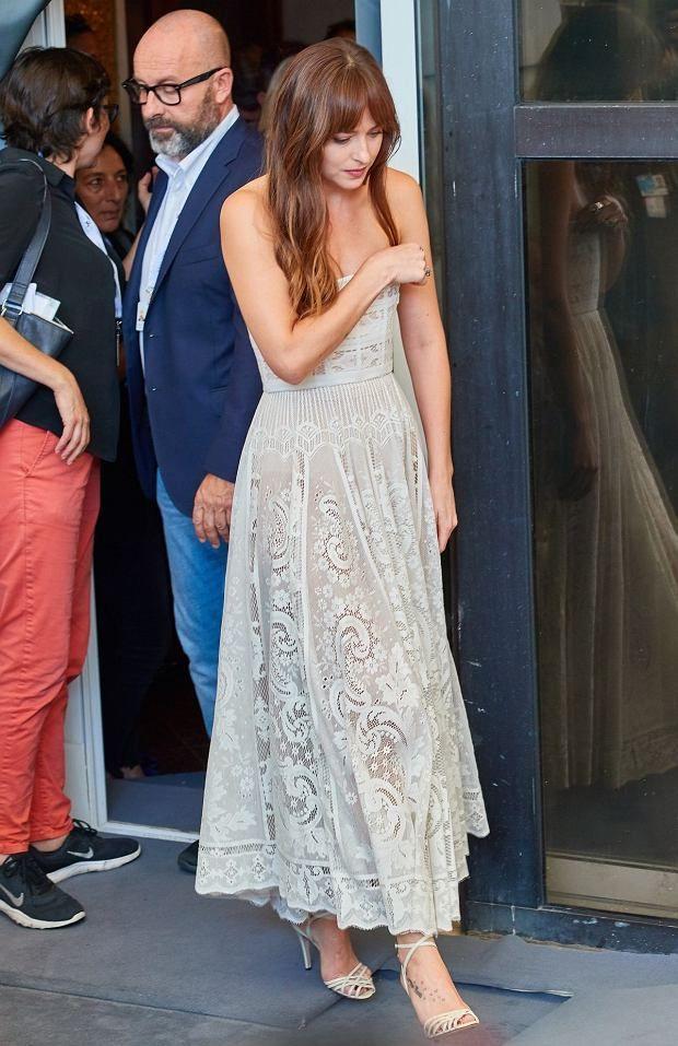 Zdjecie Numer 3 W Galerii Dakota Johnson Wygladala Przepieknie Ale Kreacja Zsunela Sie Jej Z Piersi Na Pomoc Rus Wedding Dresses Fashion Bridesmaid Dresses