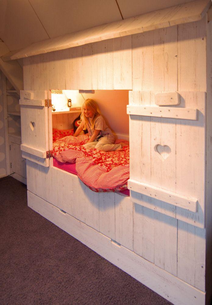 muramura.nl maakt de mooiste bedstee onder een schuin dak. Neem nu contact op voor een gratis 3D ontwerp voor jouw kinderkamer!