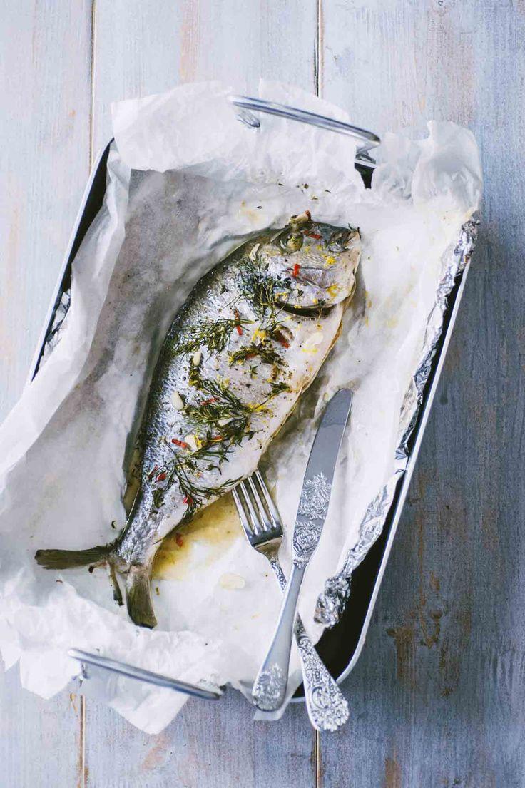 l'orata al cartoccio è un secondo piatto semplice, leggero, saporito: delicata ma deliziosa, è ideale per una cena all'aperto in compagnia!