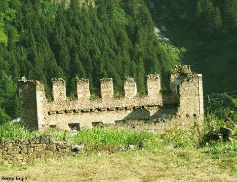 Sadak ( Satala ) Harabeleri Kent çevresinde tiyatro, opera ve yapı kalıntıları , motifli tuğlalar, prezeler, sütun başlıkları, hayvan heykelcikleri, mühürler, sikkeler, yüzükler, pişmiş topraktan yazıtlar,Roma ve Erken Bizans dönemine aittir.