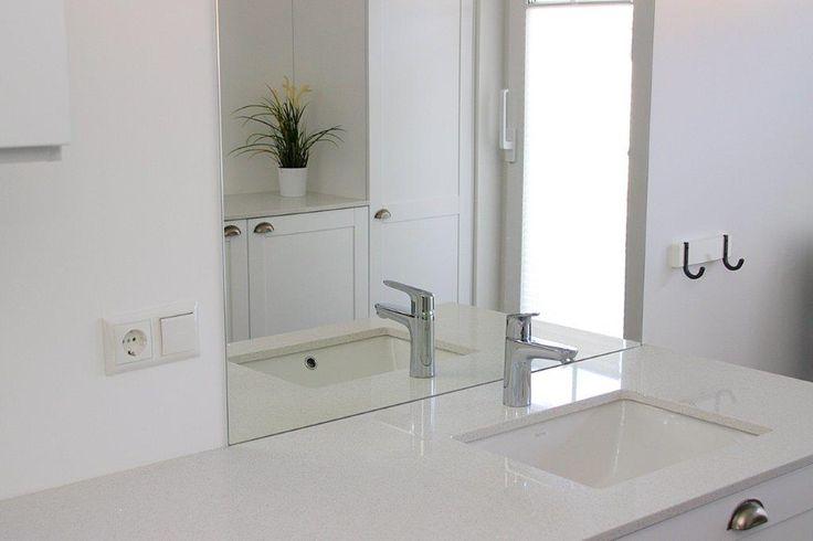 Tvättstuga - bänkskiva med underlimmad porslinsho. Kvartskomposit Royal Blanc www.nerostein.se