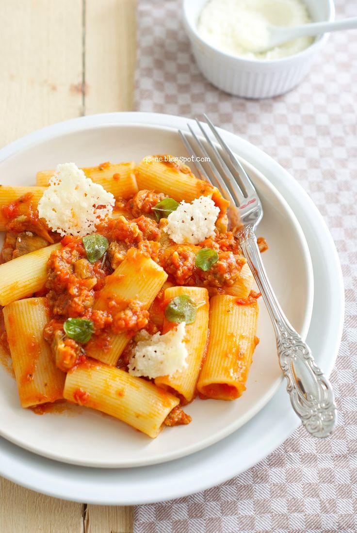 Q.C.ne: Maccheroni napoletani con ragù di salsiccia e cialdine di Parmigiano Pasta with sausage ragout and Parmesan chips