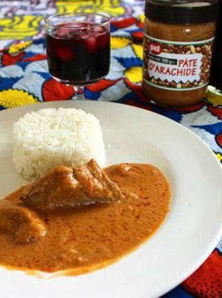 Le mafé, maffé ou encore maafé, est l'un des plats nationaux du Sénégal. Du bambara « manfi », qui signifie « sauce », le mafé est une sorte de ragoût où la viande, généralement le poulet, ou encore le poisson est mijoté dans une sauce à l'arachide. On peut y ajouter des légumes et le pimenter à son goût. De nombreuses variantes existent selon les régions, mais la base est toujours la même : la pâte d'arachide.  Suivez cette recette et dégustez un excellent mafé de bœuf accompagné de riz…