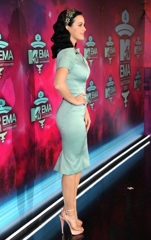 Katy Perry curves in a tight dress and platform high heels ...