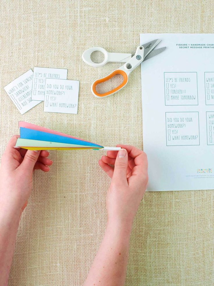 Kids love surprises, especially when they happen at school! Surprise your little ones with a fun note in their lunch boxes in the form of these secret message paper airplane carriers. Click in for the instructions.