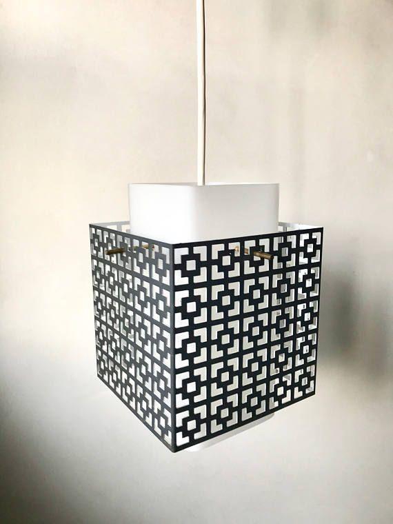Kleine Vintage Deckenlampe aus Metall, Hängelampe, schwarze Lampe Metall, Glas Lampenschirm, Midmodern Interior  70er Lampe mit schwarzen Metallgehäuse. Der Lampenschirm besteht aus Glas (Milchglas) Beide Teile sind in einem guten Vintagezustand. Technisch voll funktionsfähig. Sehr