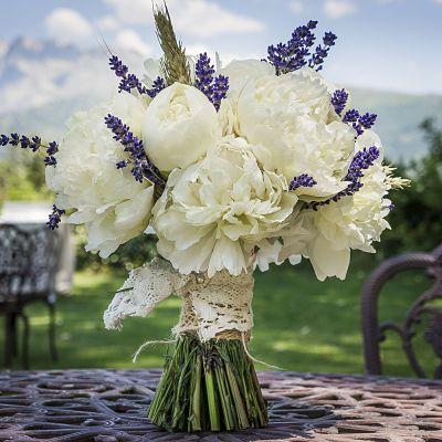 Ramo de novia de peonias, lavanda y espigas con atado de encaje rústico. #decoracionbodas #detallesboda  Diseño y organización www.thebestweddingever.es Flores de Mar de Flores